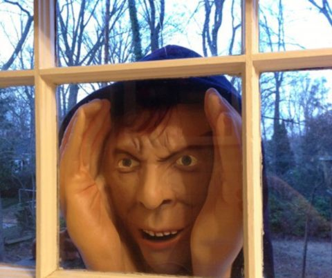 Blogger @Evette77 UK Giveaway: Scary peeper Halloween prop – Closes 10/25/2017